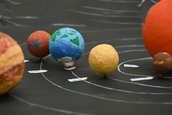 maquete sistema solar com bolas de isopor