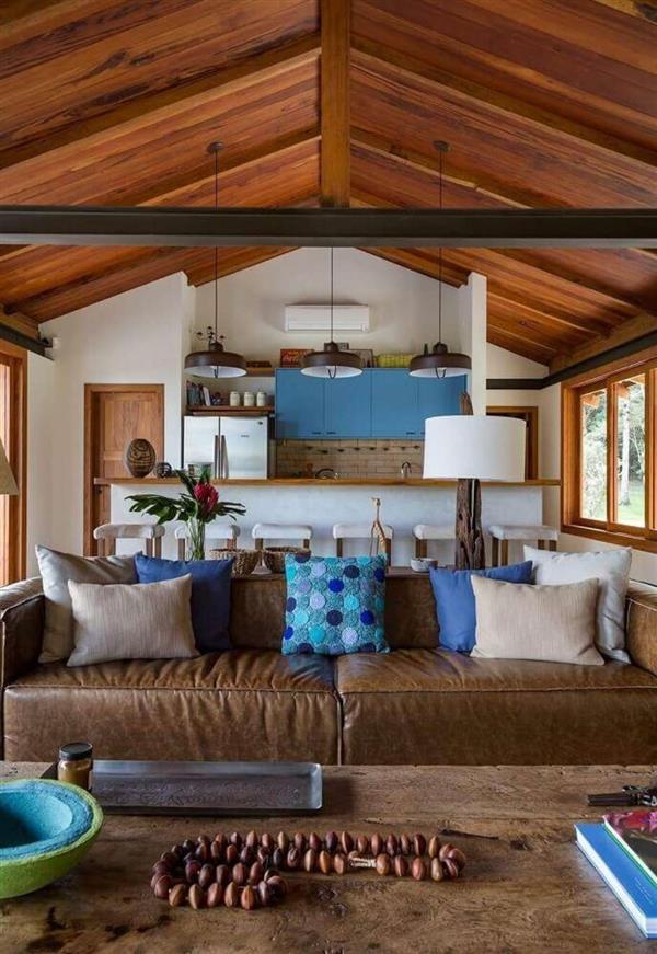 decoracao-sala-de-estar-sofa-de-couro-marrom-e-almofadas-azuis-raparquitetura-162562-proportional-heightcovermedium